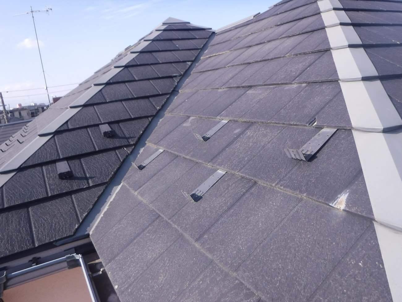 施工前屋根 変色、割れなどの劣化あり
