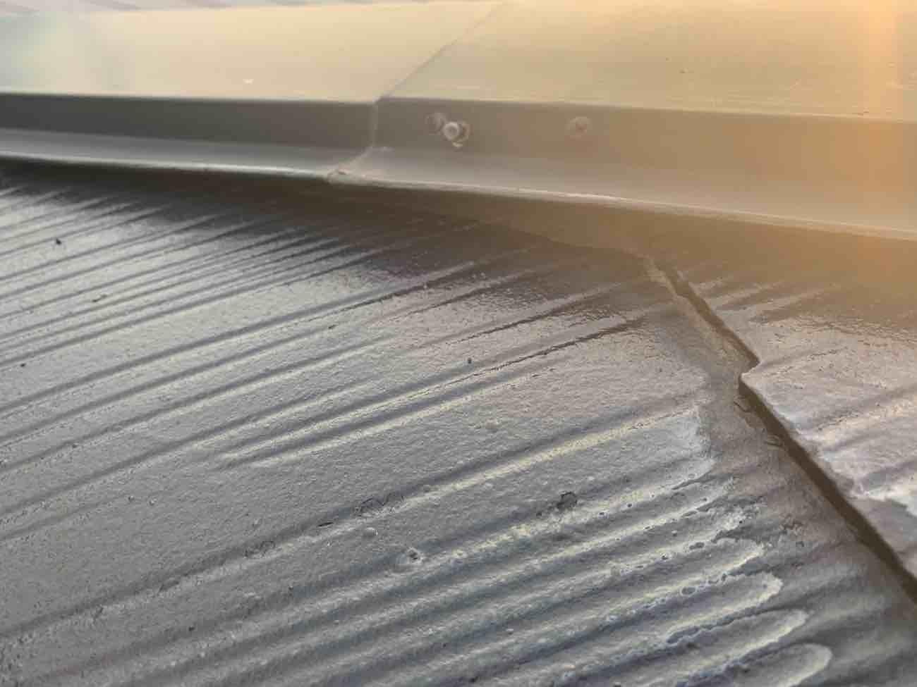 施工前 屋根から棟板金が浮いている