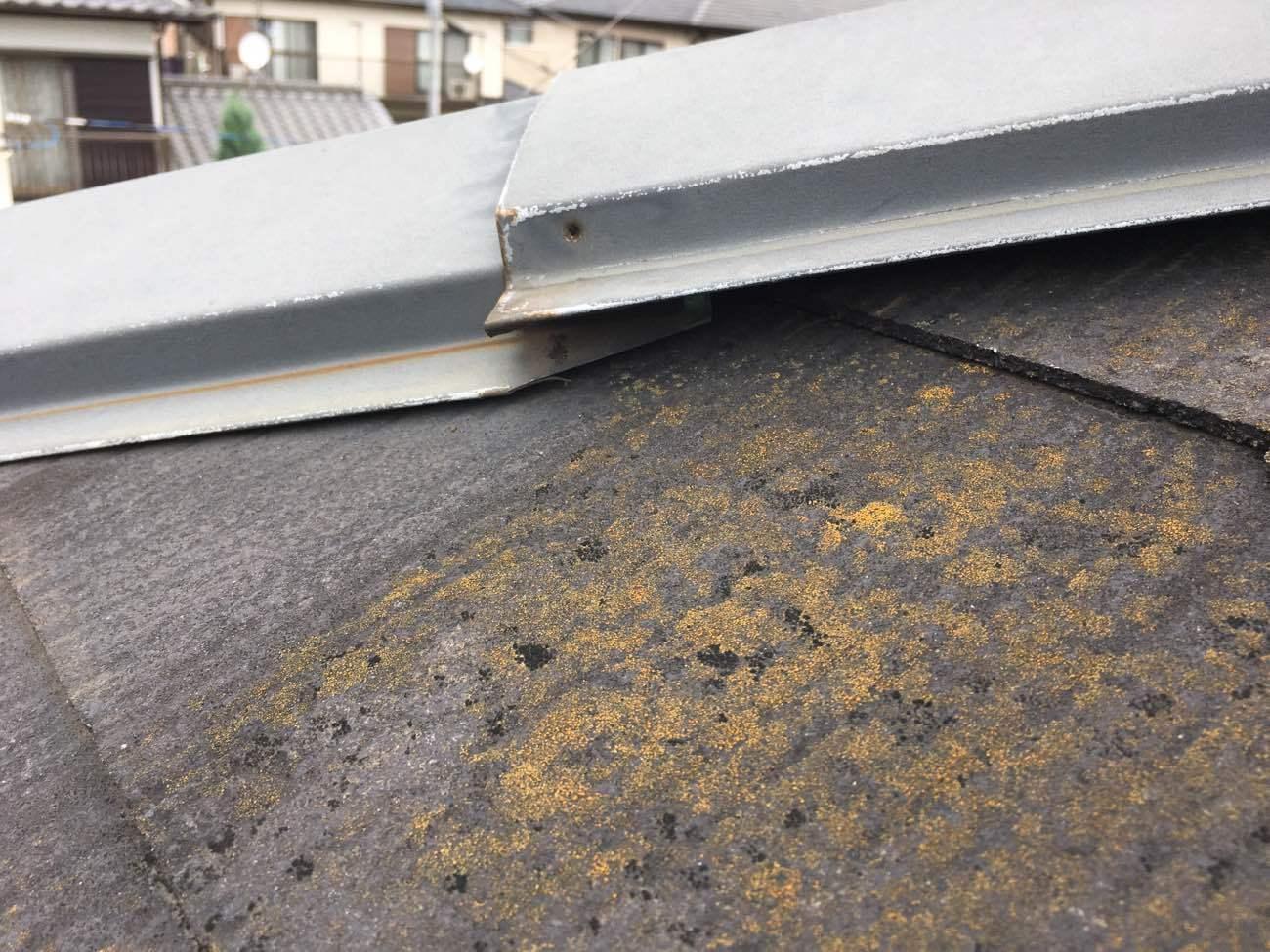 施工前:棟板金の浮き 釘抜け スレート屋根変色