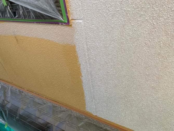外壁塗装 下塗り施工中(ガイソーウォール微弾性フィラー)